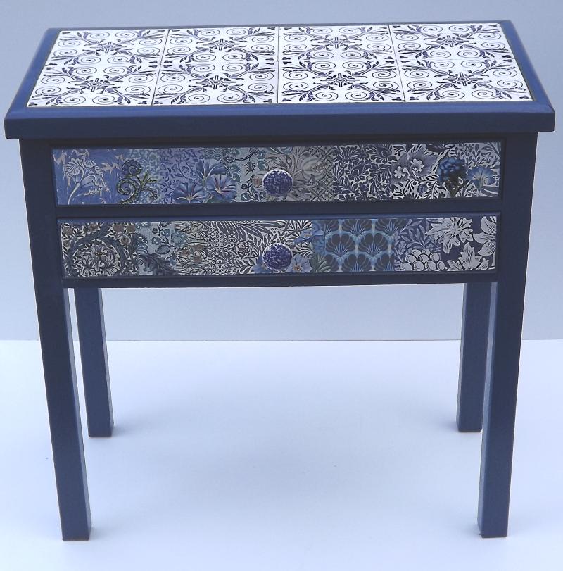 Tischchen blau wei e fliesen for Weisses tischchen
